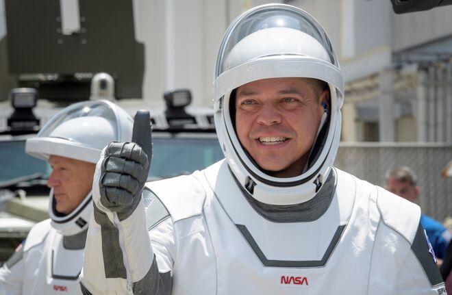 Los astronautas de la NASA Robert Behnken (dcha.) y Douglas Hurley (izq.), vestidos con trajes espaciales SpaceX.jpg