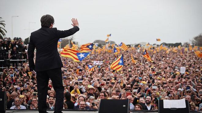 Puigdemont saluda a los asistentes a su mitin de Perpiñán.