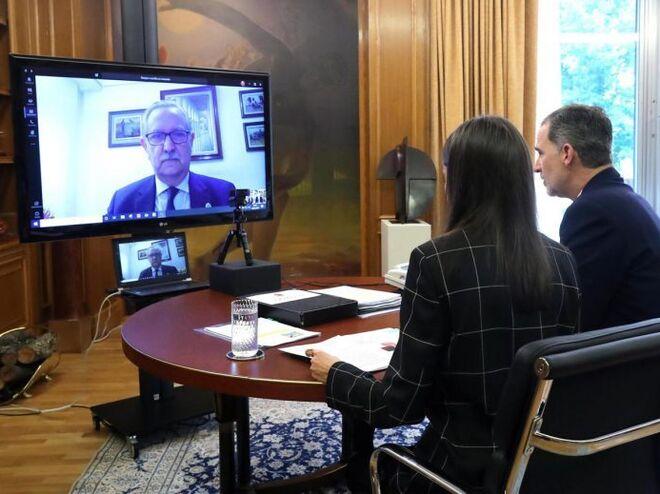 Los Reyes, haciendo una videoconferencia.