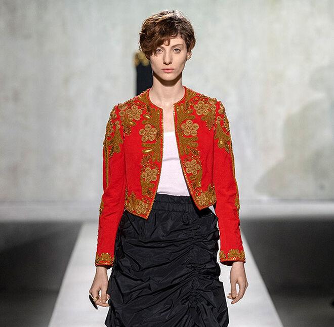 Torera roja con bordados metalizados de inspiración taurina