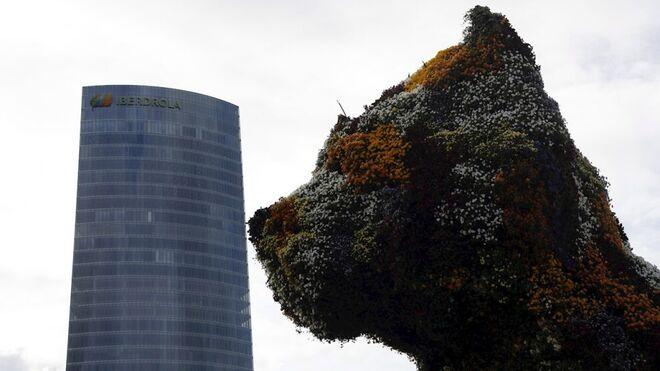 Torre Iberdrola, la sede social de la compañía eléctrica en Bilbao, vista desde el Museo Guggenheim.