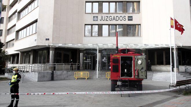 Un militar de la UME vigila fuera de los juzgados ordinarios de Plaza de Castilla.