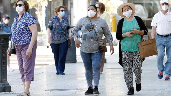 Varias personas protegidas con mascarilla en Valencia.