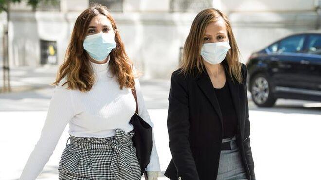 La exasesora de Podemos Dina Bousselham y Marta Flor (i).