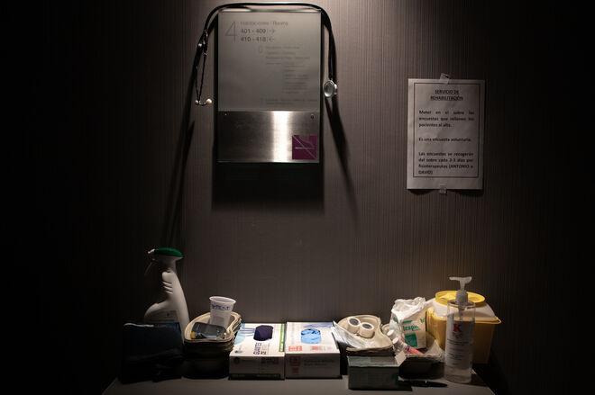 Un fonendoscopio cuelga de un cartel que indica la dirección de las habitaciones del hotel medicalizado Colón