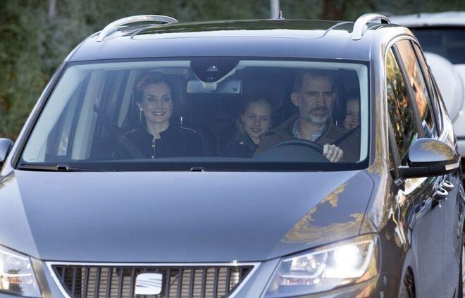 Los reyes Felipe y Letizia, con sus hijas, en el coche.