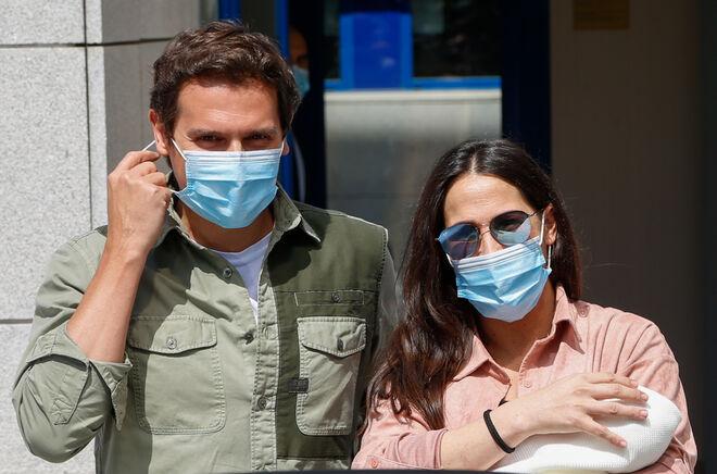 Albert Rivera y Malú salen del hospital con su hija