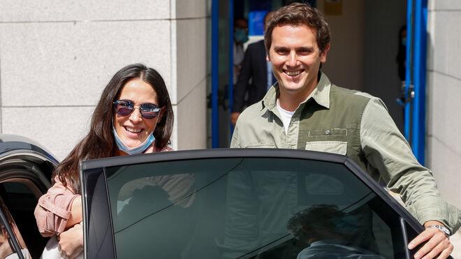 Albert Rivera y Malú saliendo del hospital con su hija