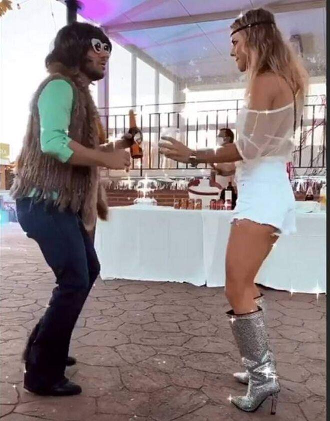 Amelia Bono y Manuel Martos bailan disfrazados en la boda de José Bono Jr.