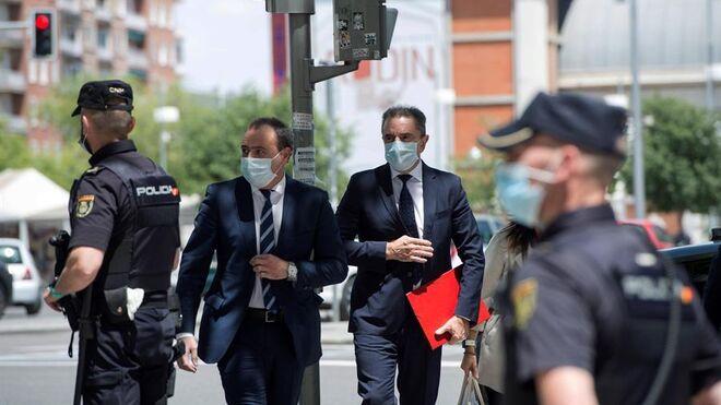 El delegado del Gobierno en Madrid, José Manuel Franco (c dcha), llega a los Juzgados para declarar.