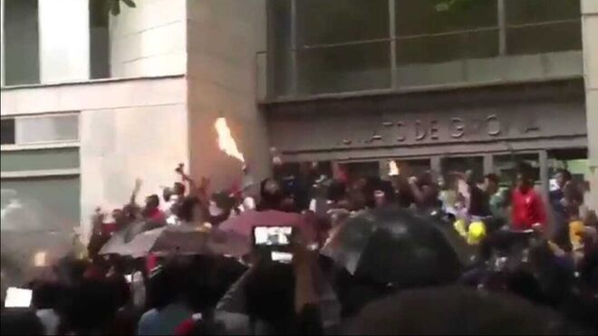 Momento de la manifestación a las puertas de los Juzgados de Girona.