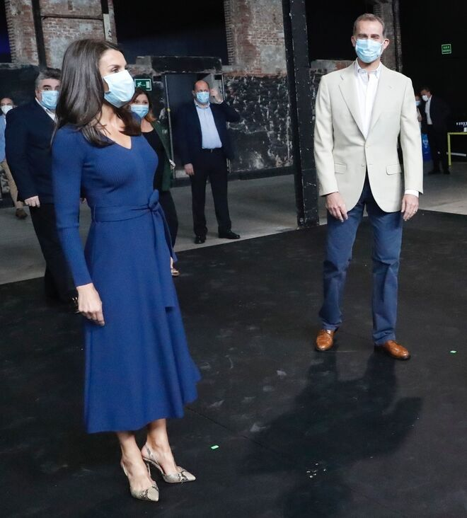 La Reina ha estrenado vestido y zapatos.