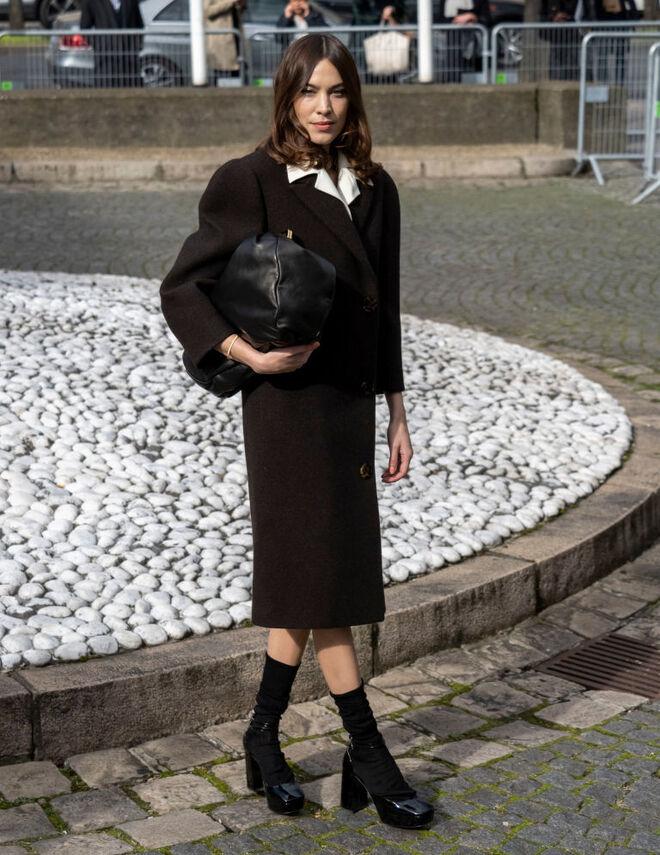 Alexa Chung luciendo calcetines con zapatos de estilo retro el pasado febrero