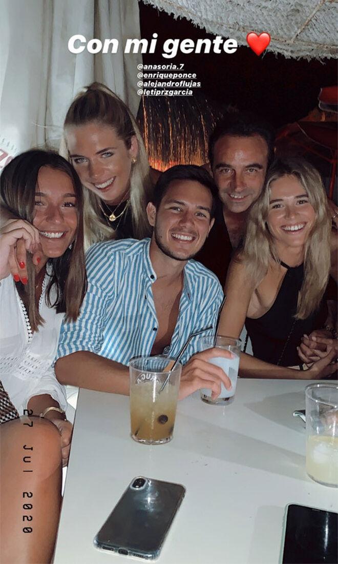 Enrique Ponde y Ana Soria con amigos de ella