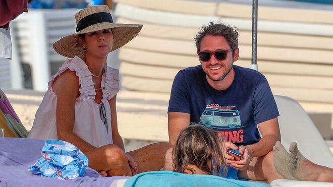 José Bono con su prometido y Amelia Bono en la playa