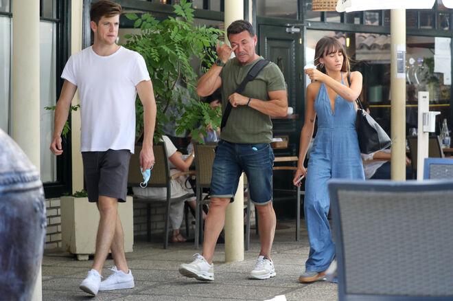 Miguel Bernardeau y Aitana Ocaña con el padre de ésta en Madrid