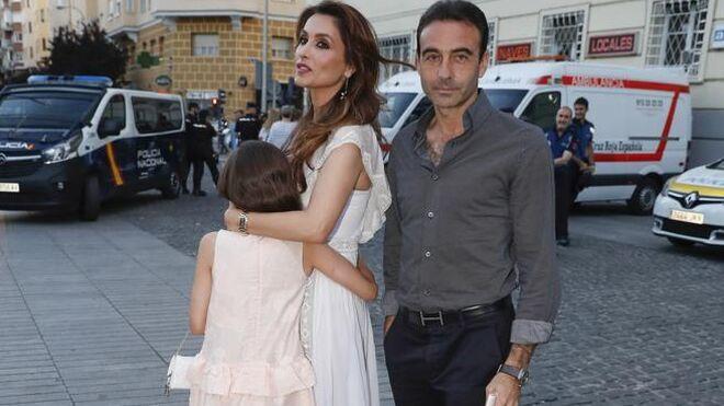 Paloma Cuevas y Enrique Ponce con una de sus hijas