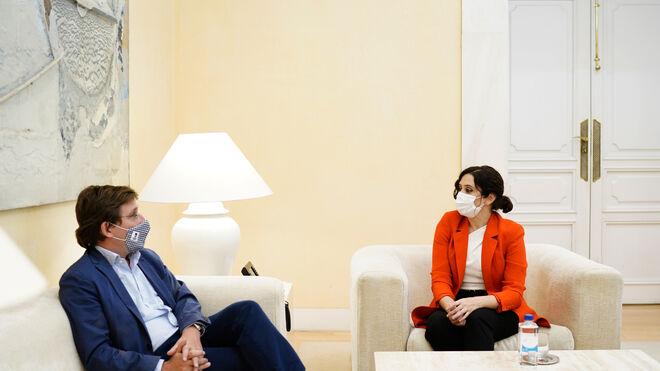 Almeida y Ayuso en su reunión del lunes en la Puerta del Sol.