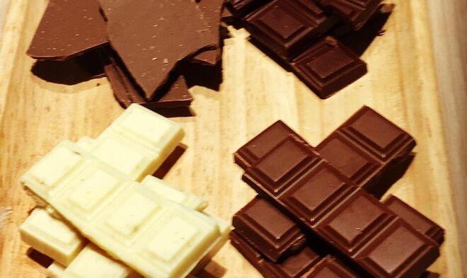 Distintos chocolates listos para ser catados.