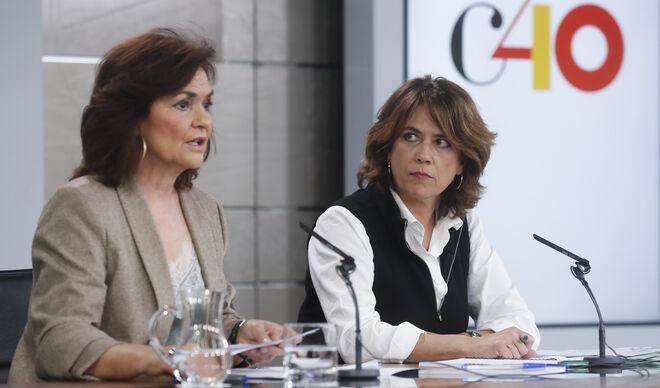 Dolores Delgado cuando era ministra del PSOE, con Carmen Calvo