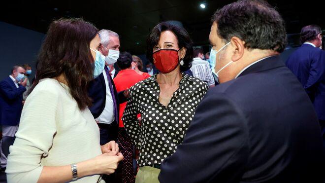 La ministra de Igualdad, Irene Montero (i) conversa con la presidenta del Banco Santander, Ana Patricia Botín (d) tras la conferencia de Pedro Sánchez el pasado lunes en Casa de América.