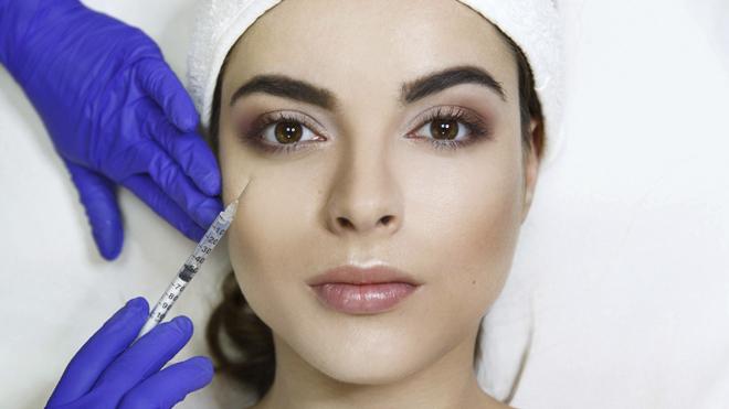 Inyección de ácido hialurónico en una clínica de medicina estética