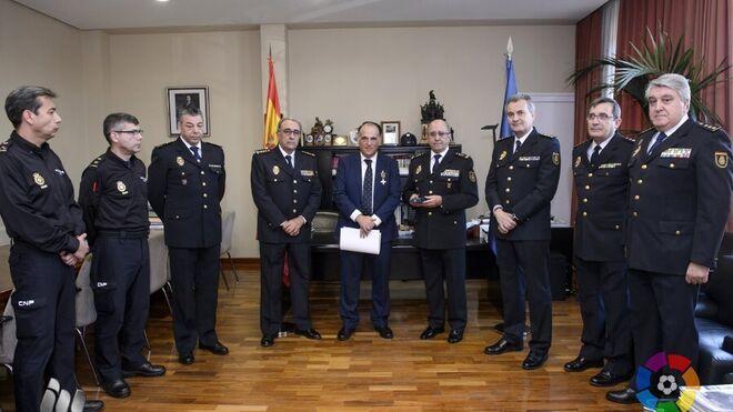 Momento de la condecoración a Tebas con ocho policías