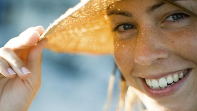 Mujer con manchas en el rostro