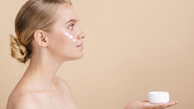 Mujer utilizando crema facial hidratante