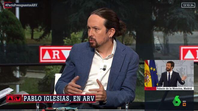 Pablo Iglesias, con moño alto y pendiente.
