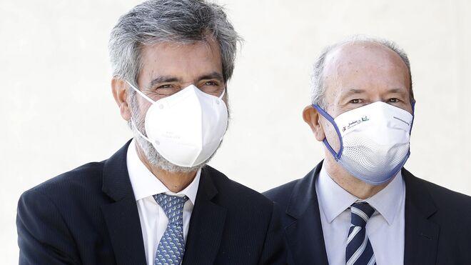 El presidente del Tribunal Supremo y del Consejo General del Poder Judicial (CGPJ), Carlos Lesmes, acompañado por el ministro de Justicia del Gobierno, Juan Carlos Campo.