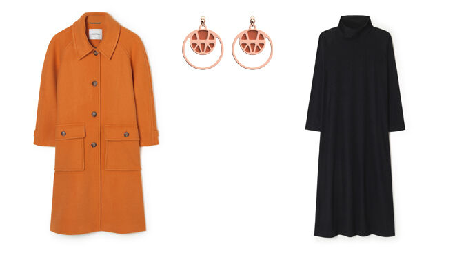 AMERICAN VINTAGE Abrigo naranja. PVP: 375€ // LES GEORGETTES Pendientes dorados. PVP: 65€ // AMERICAN VINTAGE Vestido de punto negro. PVP: 85€