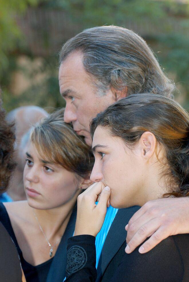 Bertín Osborne junto a sus hijas Claudia y Eugenia en el entierro de Sandra Domenecq (2004)
