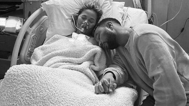 Chrissy Teigen y John Legend muestran su dolor tras perder al bebé que esperaban