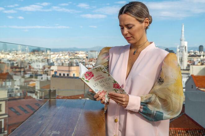 Claudia Osborne con su libro