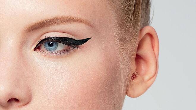 Eyeliner alargado en color negro intenso