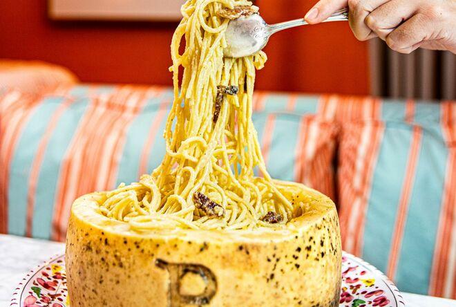 La Gran Carbonara, servida en rueda de queso pecorino romano.