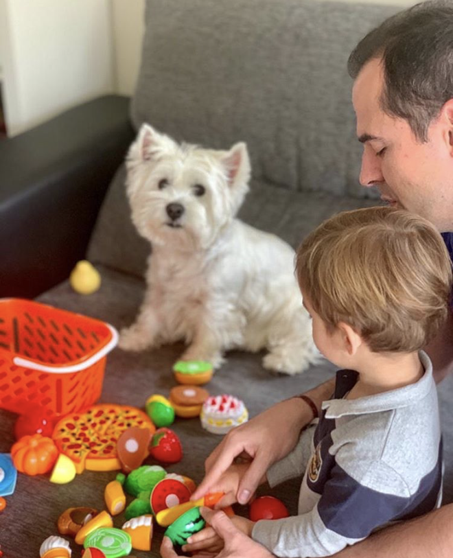 Ignacio Aguado con su hijo y su perro