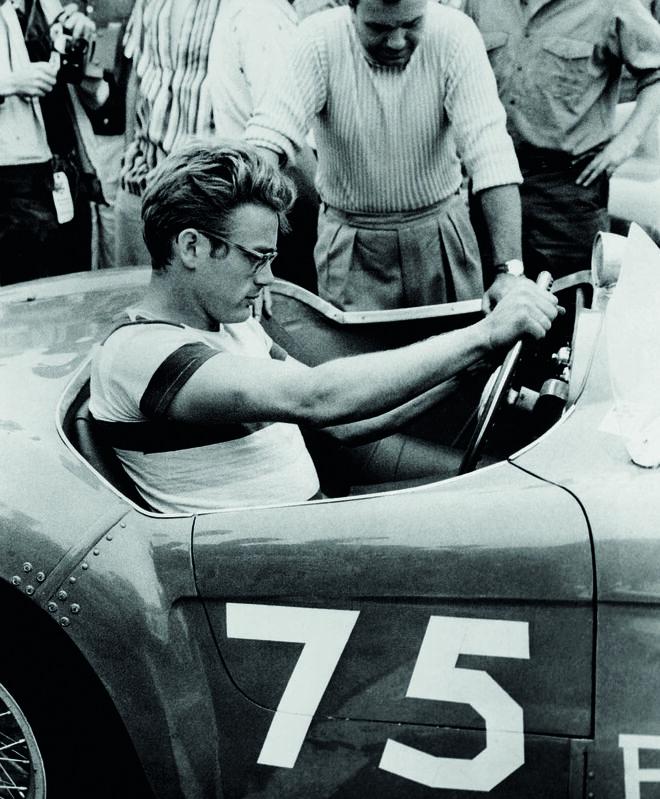 El actor James Dean al volante del Ferrari 500 Mondial, diseñado por Pininfarina.