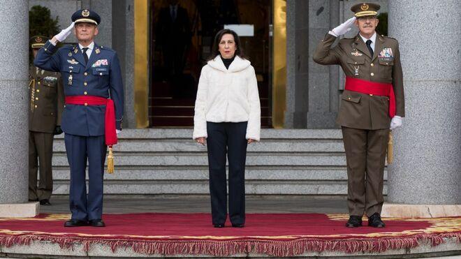 Margarita Robles junto a los generales Villarroya (izq.) y Alejandre (dch.) en la toma de posesión del nuevo JEMAD.