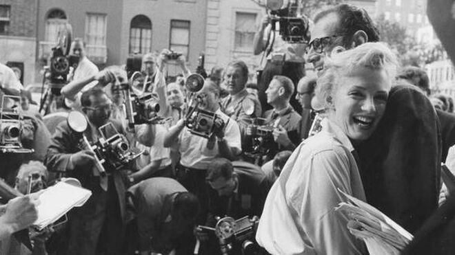 Marilyn Monroe y Arthur Miller anuncian su compromiso delante de su domicilio, en Nueva York. Se casaron el 29 de junio de 1956.