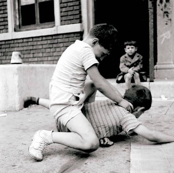 Niños peleándose en la calle, en una imagen tomada en Nueva York en 1946, en cuyo encuadre se adivina ya al maestro de la cámara.
