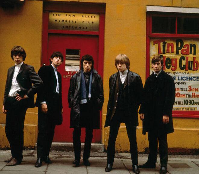 Los Rolling Stones frente al al Tin Pan Alley Club, punto de reunión cultural en la capital británica.