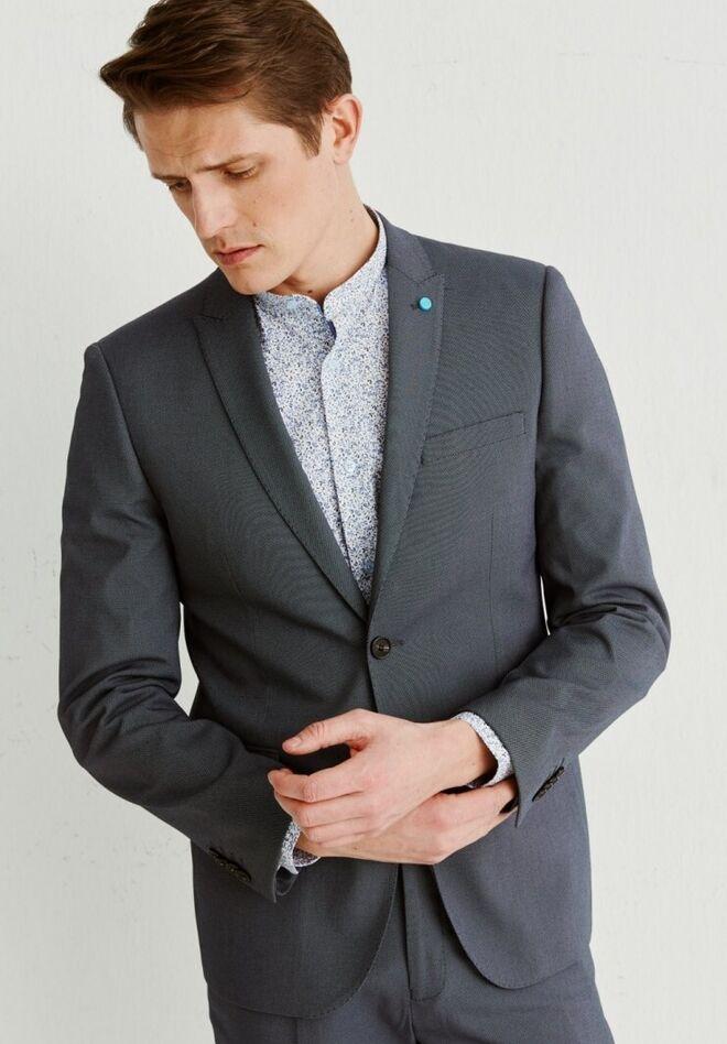 Traje gris con botonadura simple