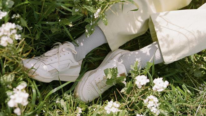 Zapatilla blanca realizada a base de materiales sostenibles