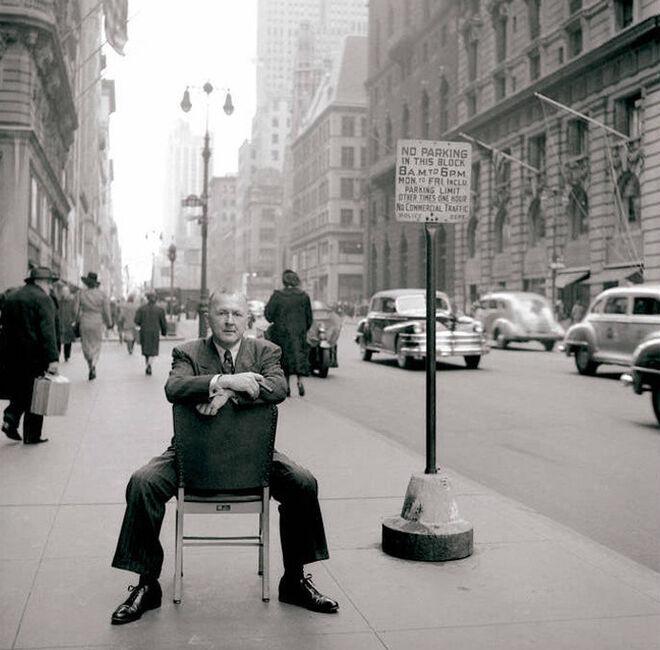 El pintor George Grosz, en las calles de Nueva York, en 1948.