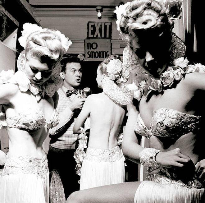 El reportero radiofónico Johnny Grant, rodeado de 'las chicas del coro', en 1946.