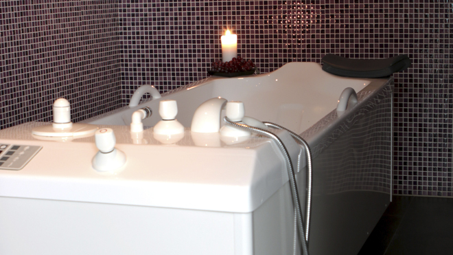 Bañera de hidromasaje para tratamientos de vinoterapia