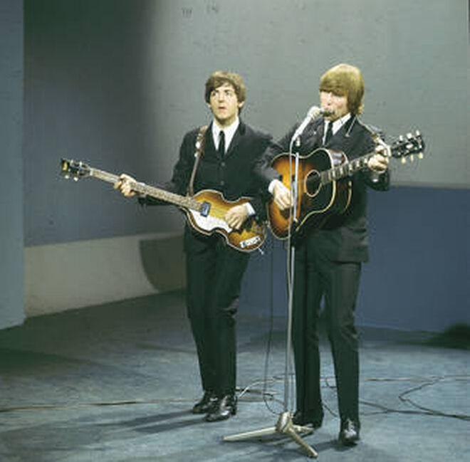 En 1964, el bajista de Los Beatles, Paul McCartney, adquiere una Epiphone 'Casino' para sus grabaciones en estudio. Dos años después, John Lennon compró varias más.