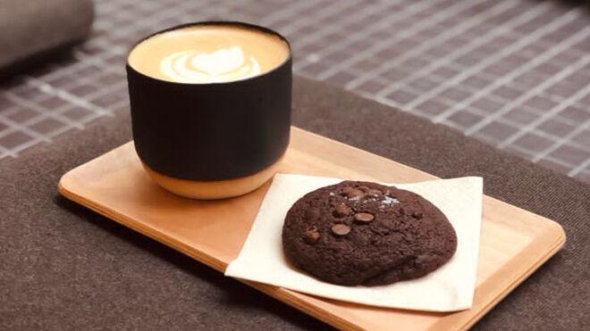 Café de especialidad con cookie